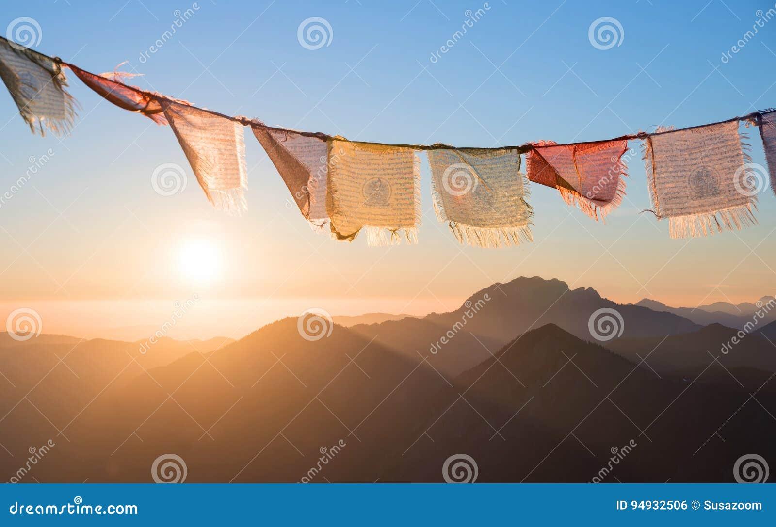 Sonnenaufgang in den Bergen, bunte Gebetsflaggen