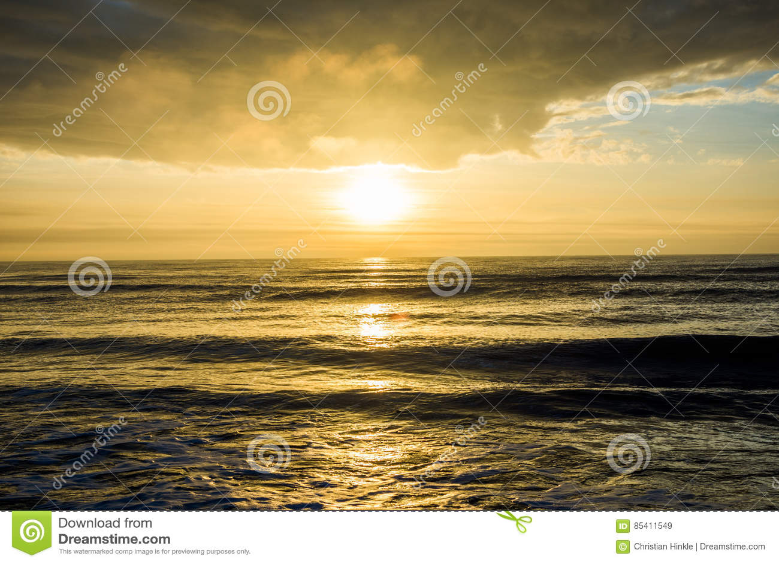 Sonnenaufgang an der Insel des Palmen-Strandes, über dem Ozean in South Carolina