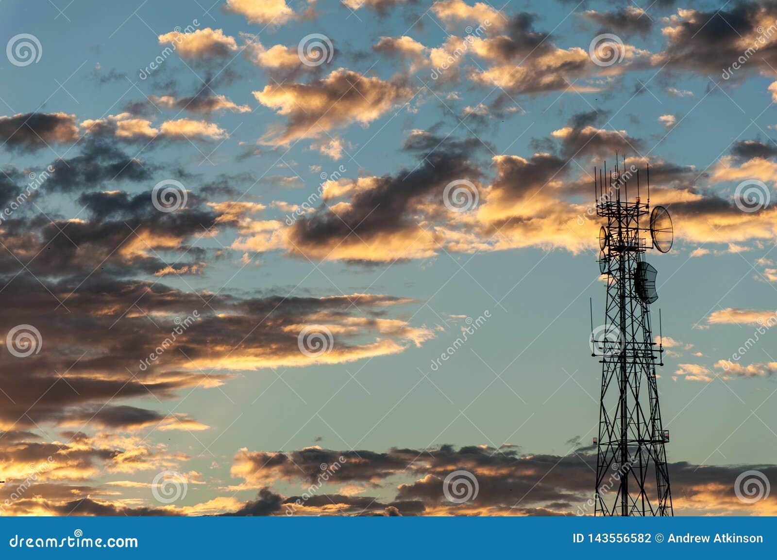 Sonnenaufgang hinter einem Fernsehturm für Radio und Fernsehsendung