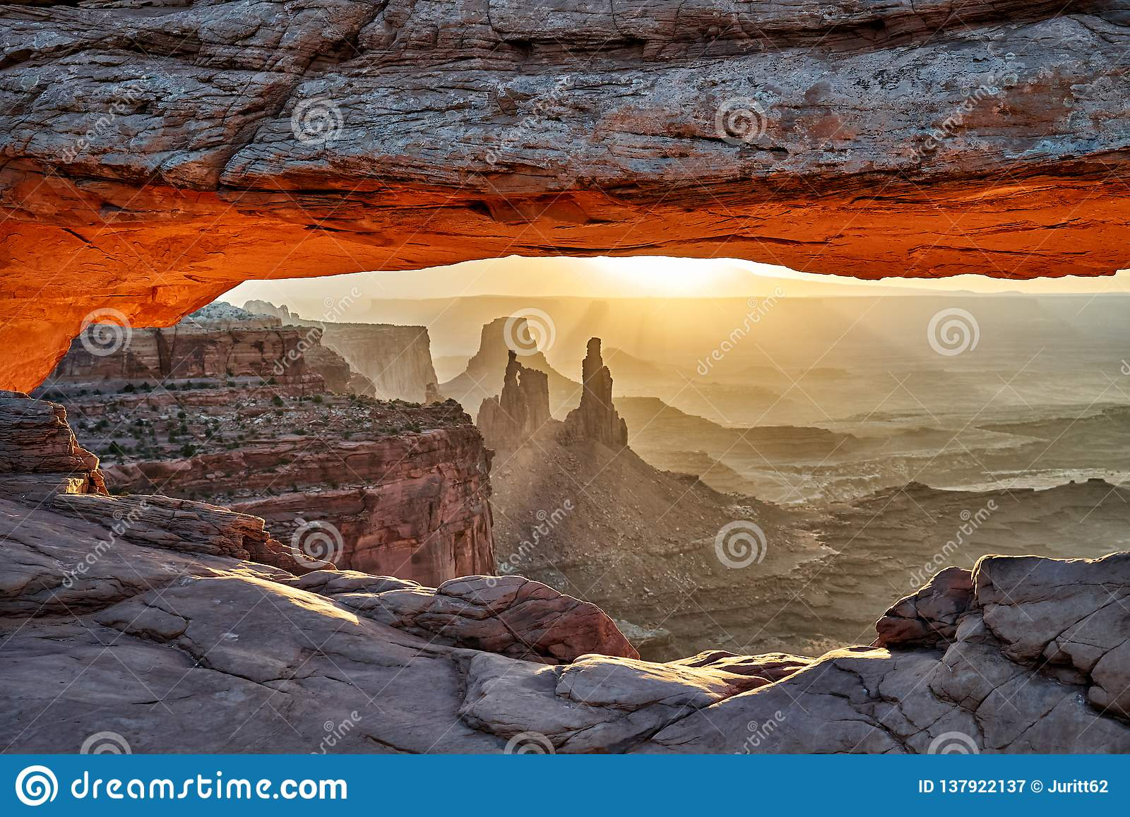 Sonnenaufgang hinter Mesa Arch in Nationalpark Canyonlands
