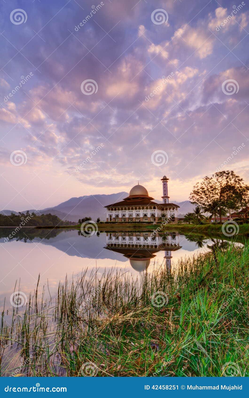 Sonnenaufgang von der Darul-Quran-Moschee
