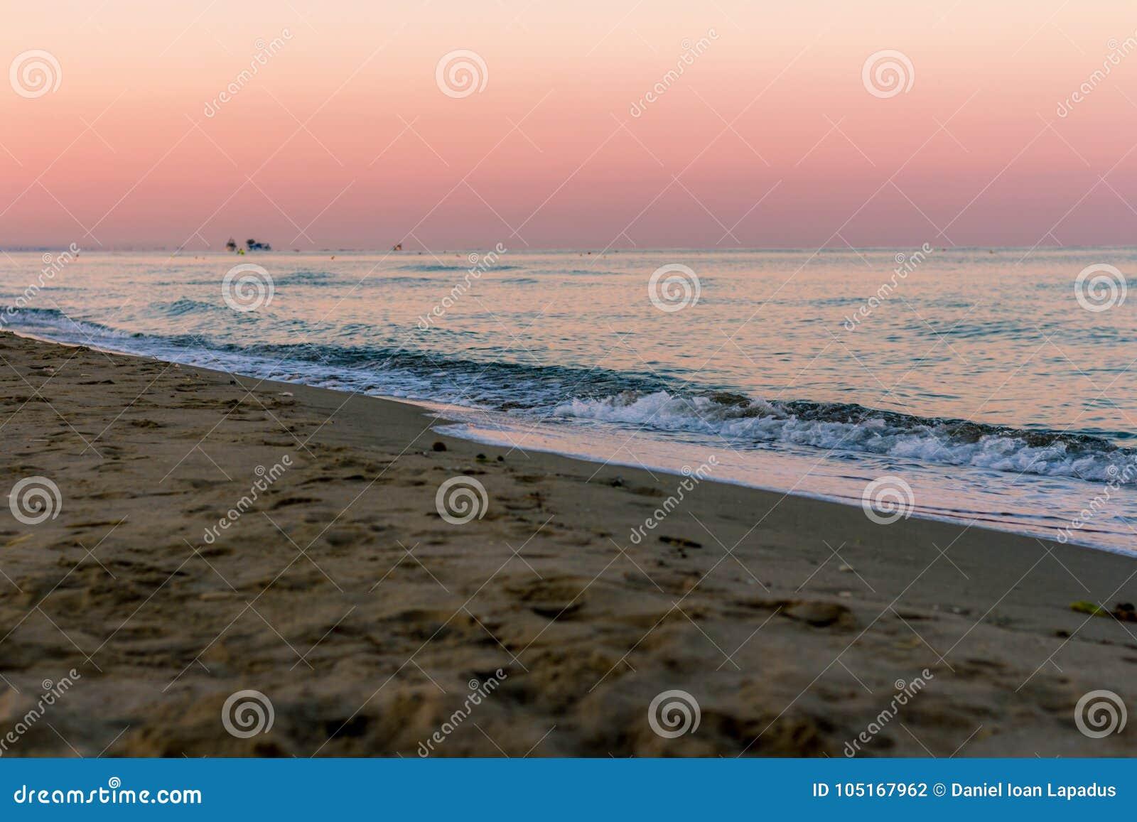 Sonnenaufgangfarben über dem Meer