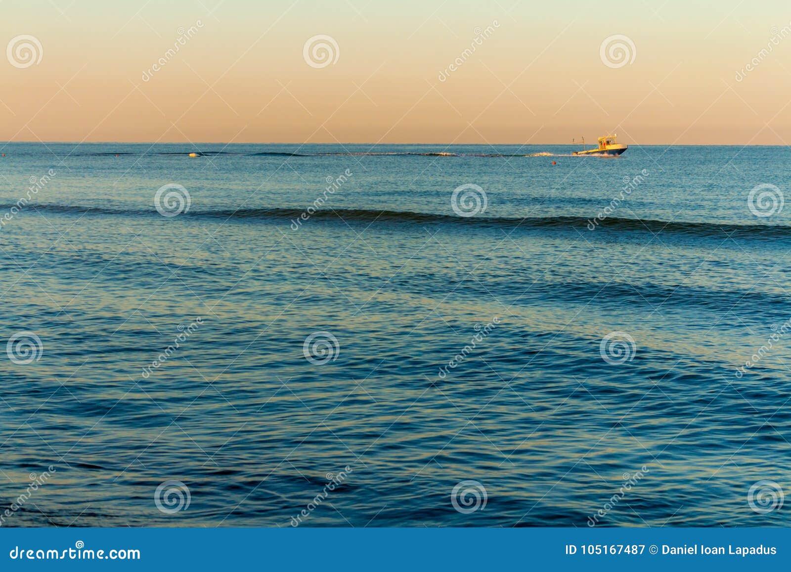 Sonnenaufgangfarben in dem Meer