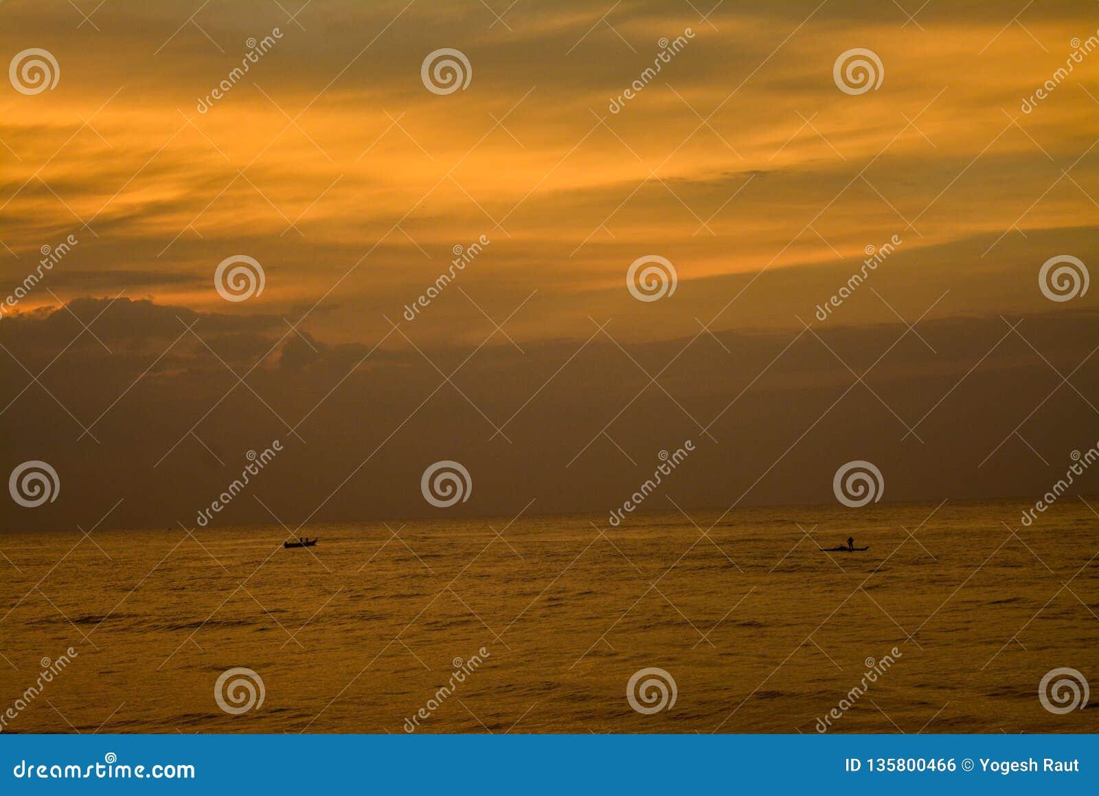 Sonnenaufganghimmelfarben mit Meer