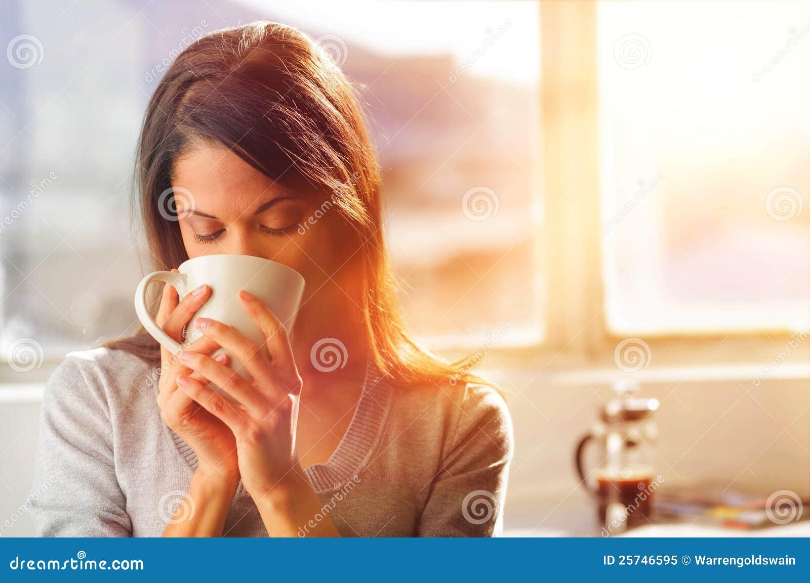 Sonnenaufgangkaffeefrau