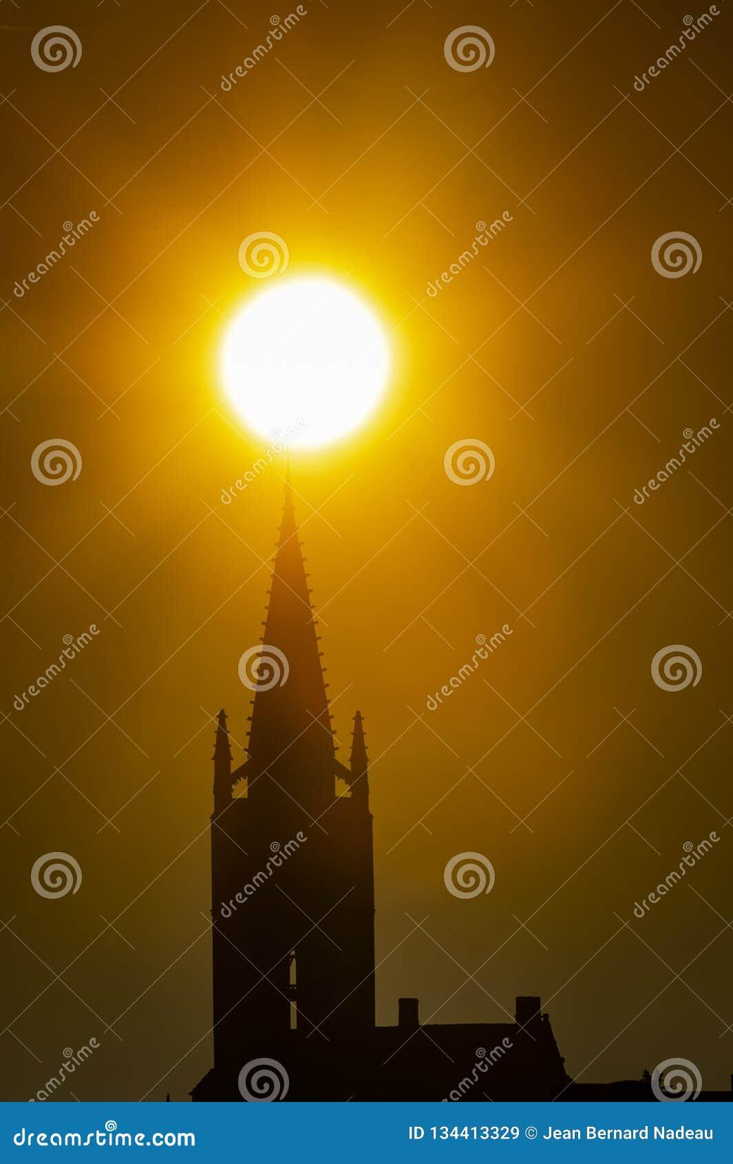 Sonnenaufgangkirchturm der Kirche und des Dorfs, Saint Emilion