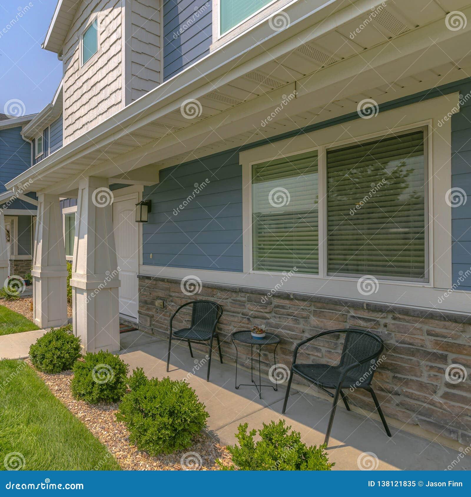 Sonnenbeschienes Haus mit Möbeln auf dem kleinen Portal