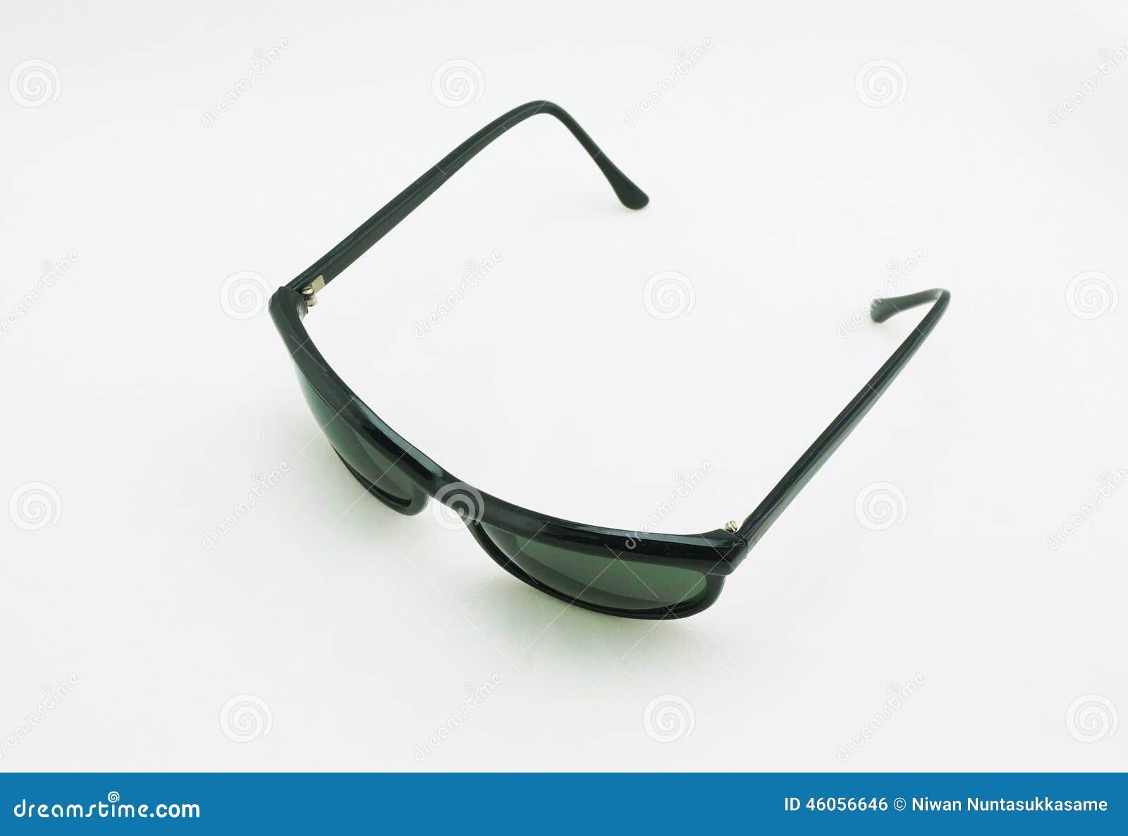 Sonnenbrillen auf weißem Hintergrund