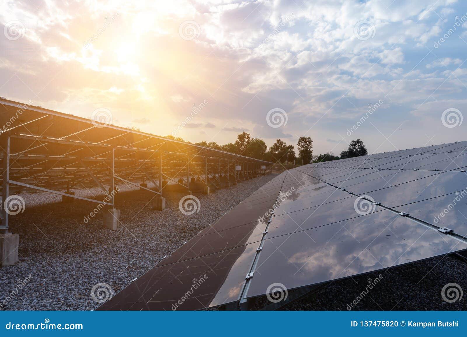 Sonnenkollektor, alternative Stromquelle - Konzept von stützbaren Betriebsmitteln und dieses ist die Sonnenkollektormonoart