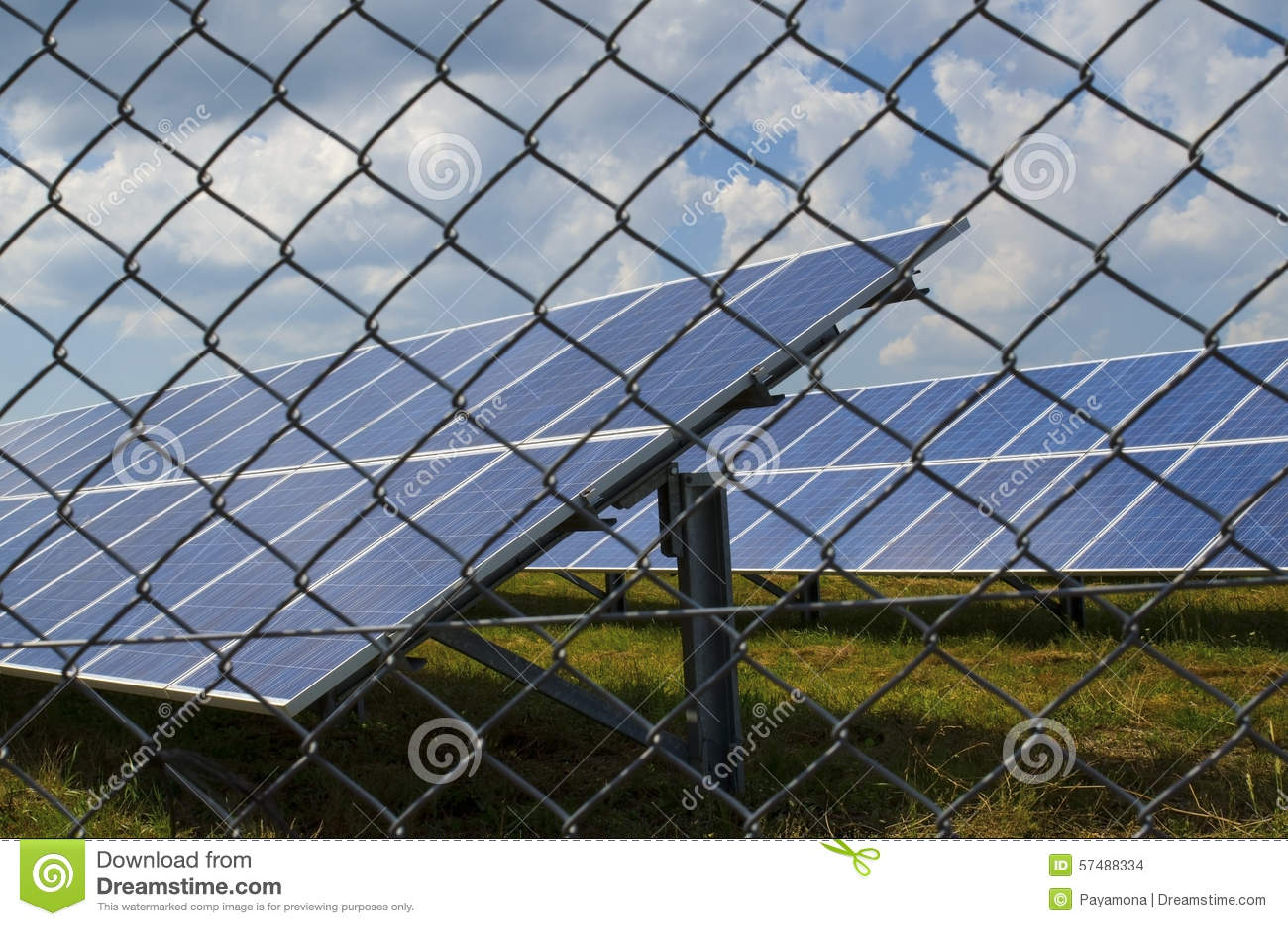 Sonnenkollektor Eingezäunt In Einem Rostigen Draht Stockfoto ...