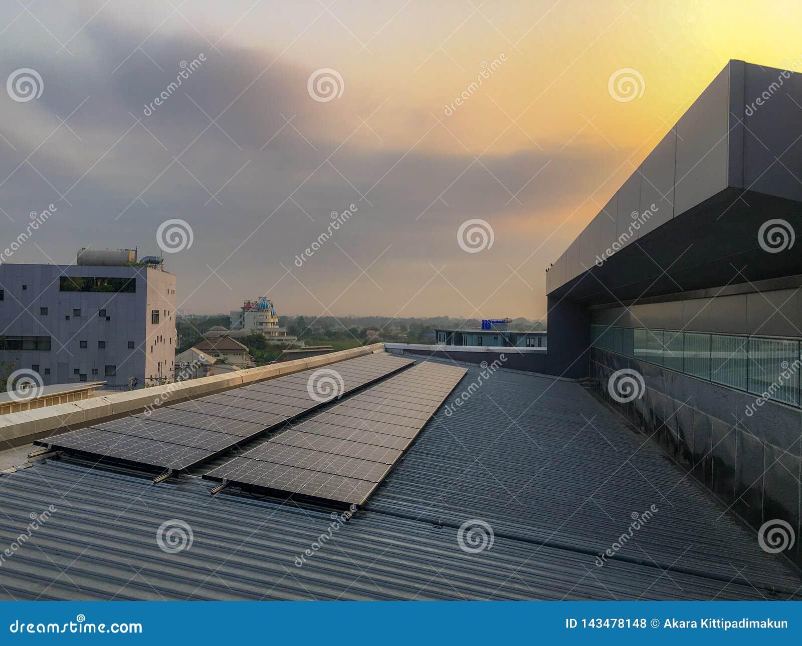 Sonnenkollektor installieren auf das Dach von