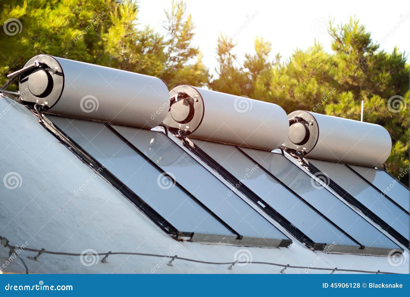 Sonnenkollektoren Und Kessel Für Warmwasserbereitung Stockfoto ...