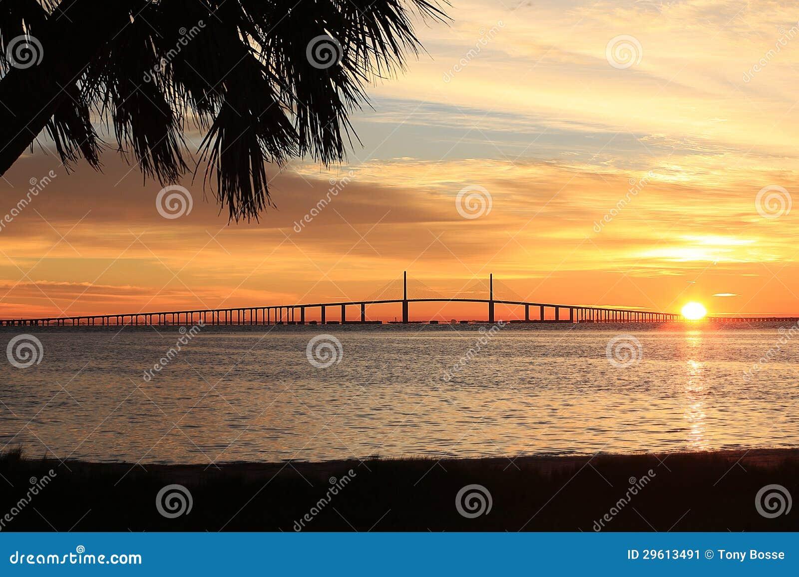 Sonnenschein Skyway Brücke am Sonnenaufgang