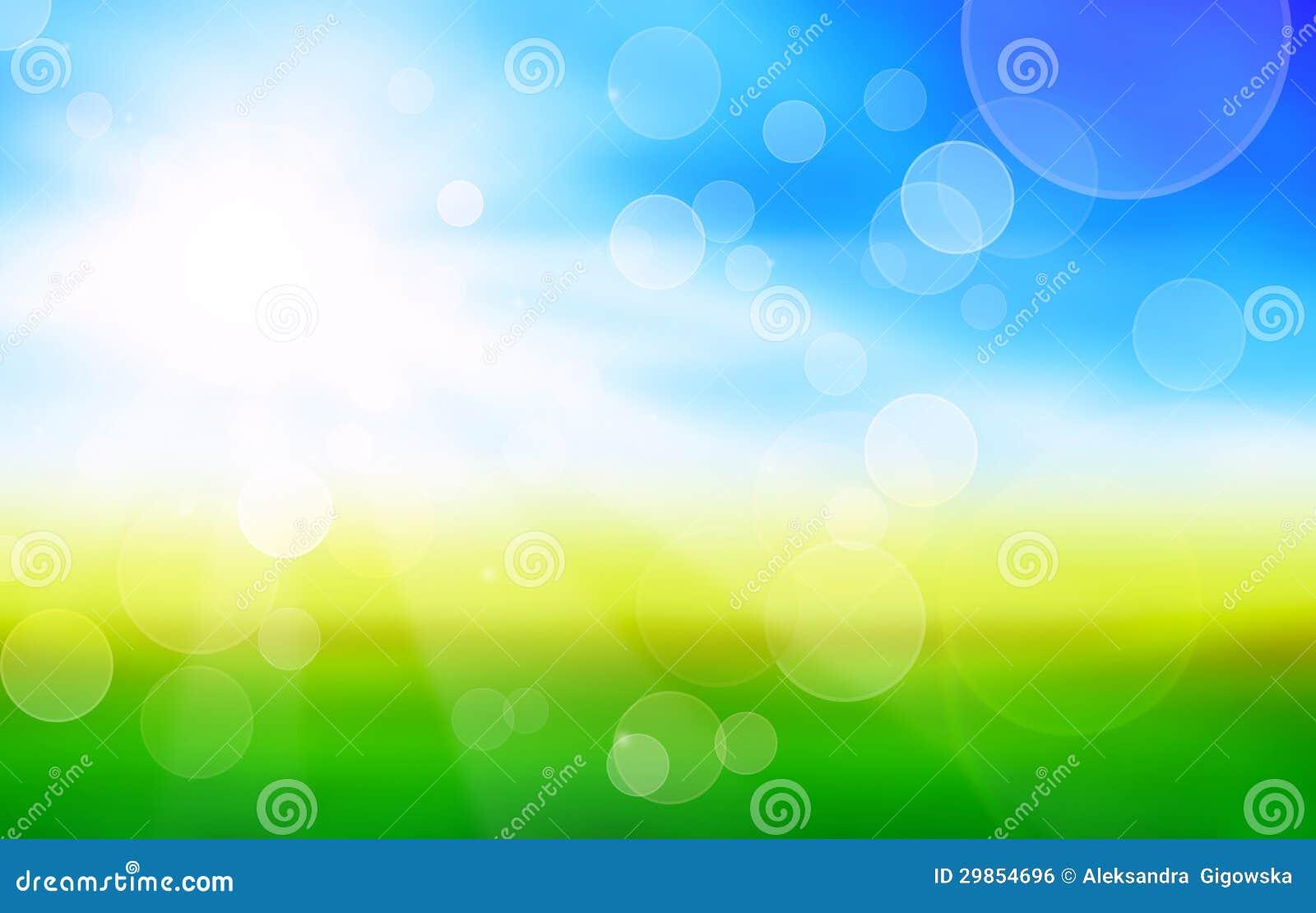 Sonnenscheinfrühlingshintergrund mit grünen Feldern