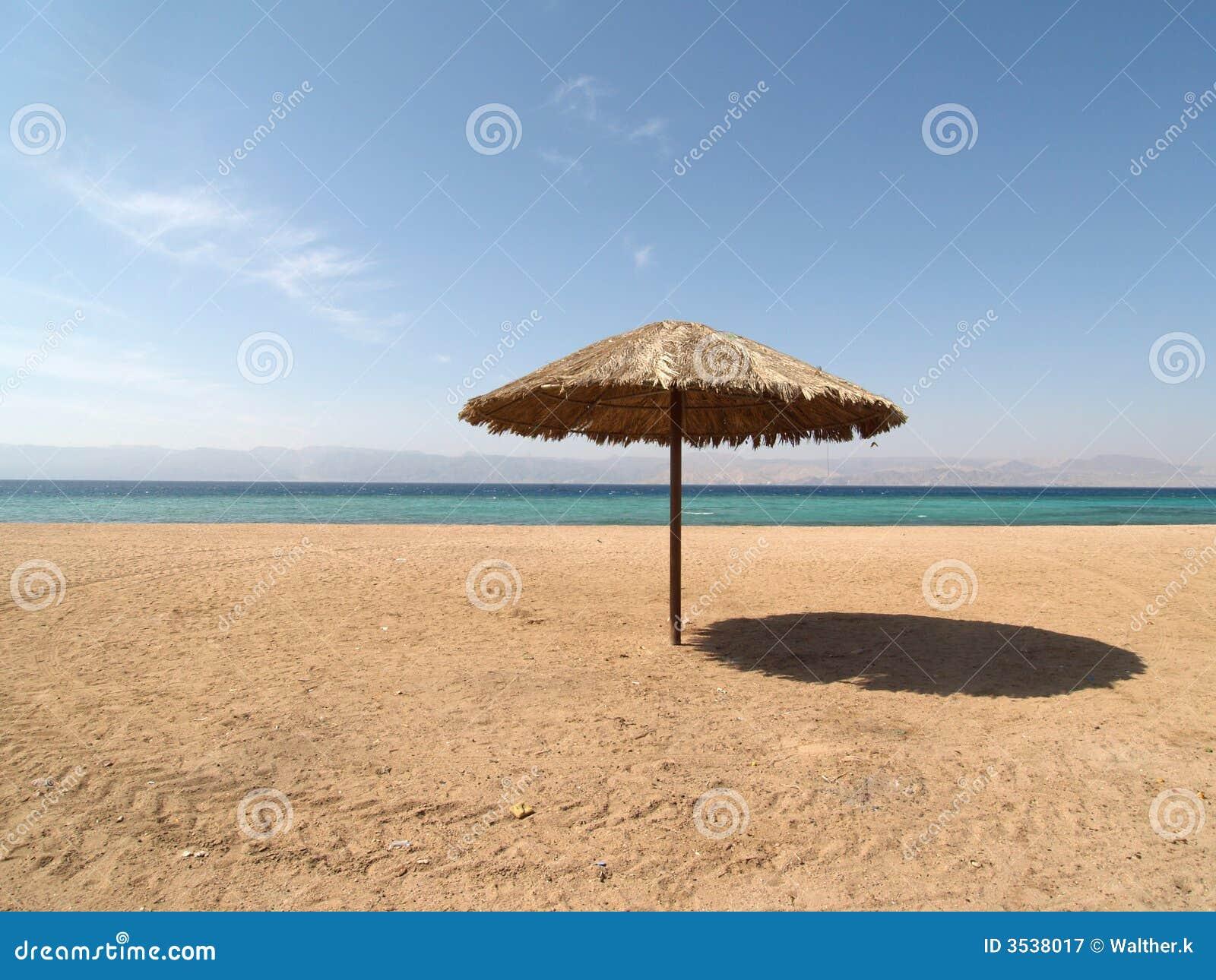 sonnenschirm auf dem jordanien strand stockbild bild von. Black Bedroom Furniture Sets. Home Design Ideas
