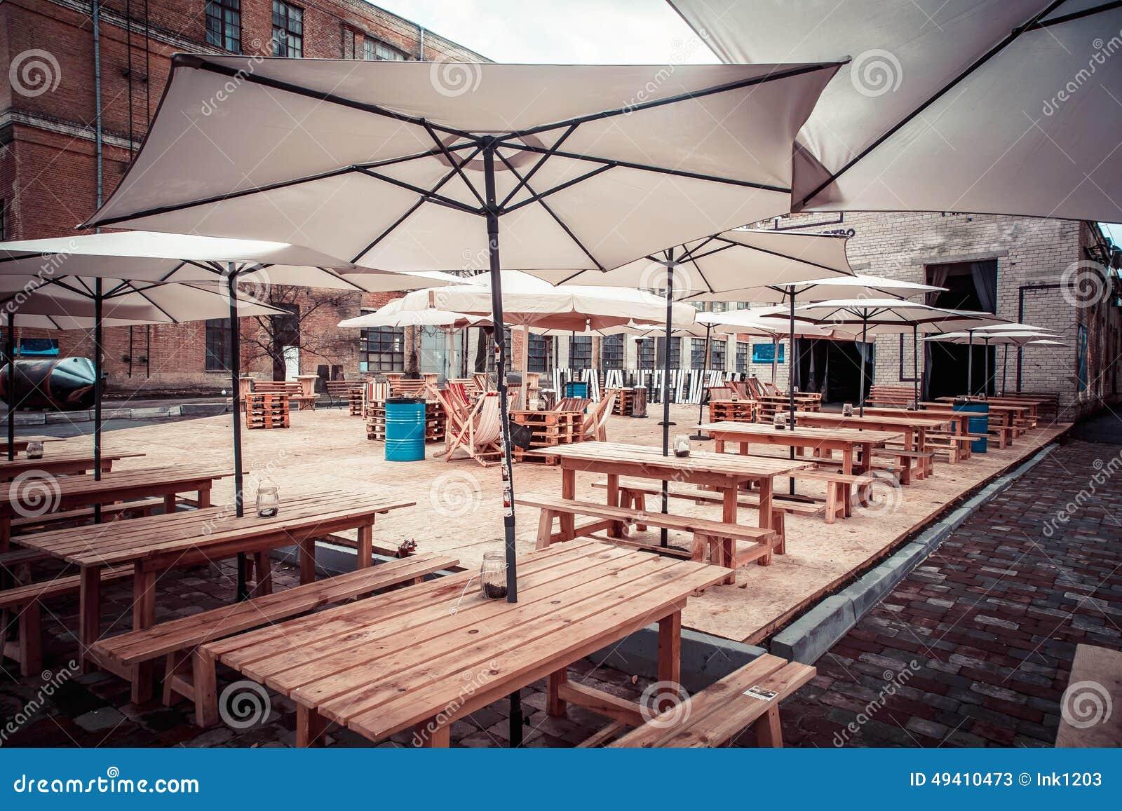 Download Sonnenschirme Auf Holztischen Stockbild - Bild von niemand, relax: 49410473