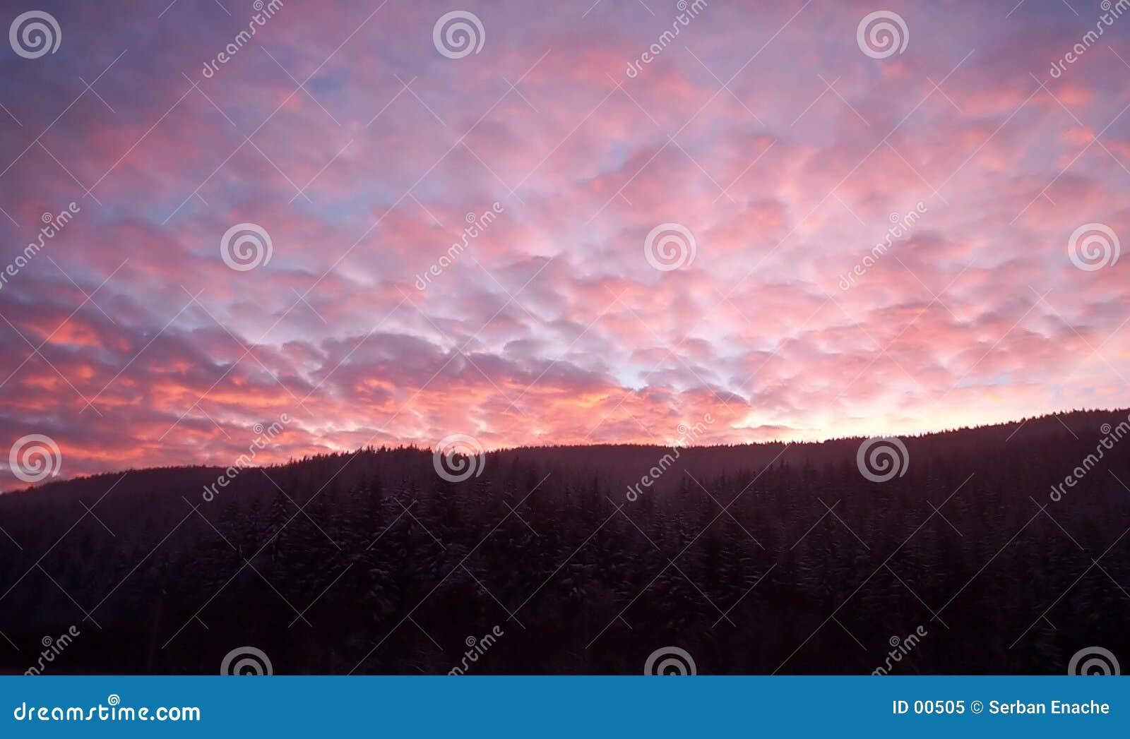 Sonnenuntergang über den Hügeln