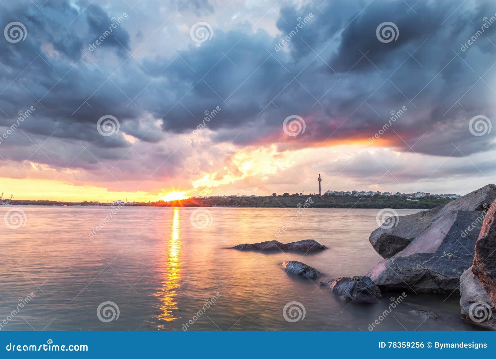 Sonnenuntergang über der Donau in Galati, Rumänien