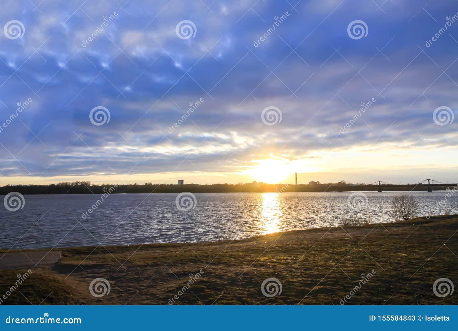 Sonnenuntergang über Fluss Daugava, Riga, Lettland Stadtlandschaft im Oktober