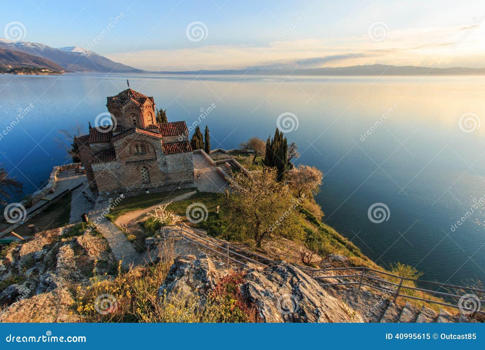 Sonnenuntergang über Sveti (Heiliges) Jovan Kaneo Church auf See Ohrid