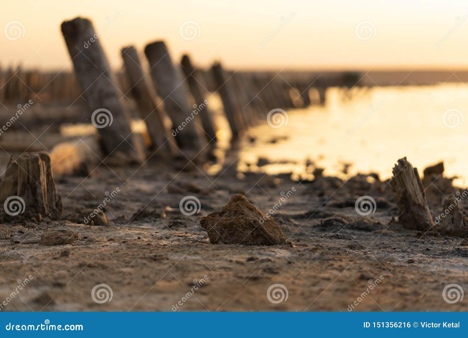 Sonnenuntergang auf dem Kuyalnik Liman odessa ukraine Alte Klotz sind vom wasser- die Überreste eines alten Piers sichtbar