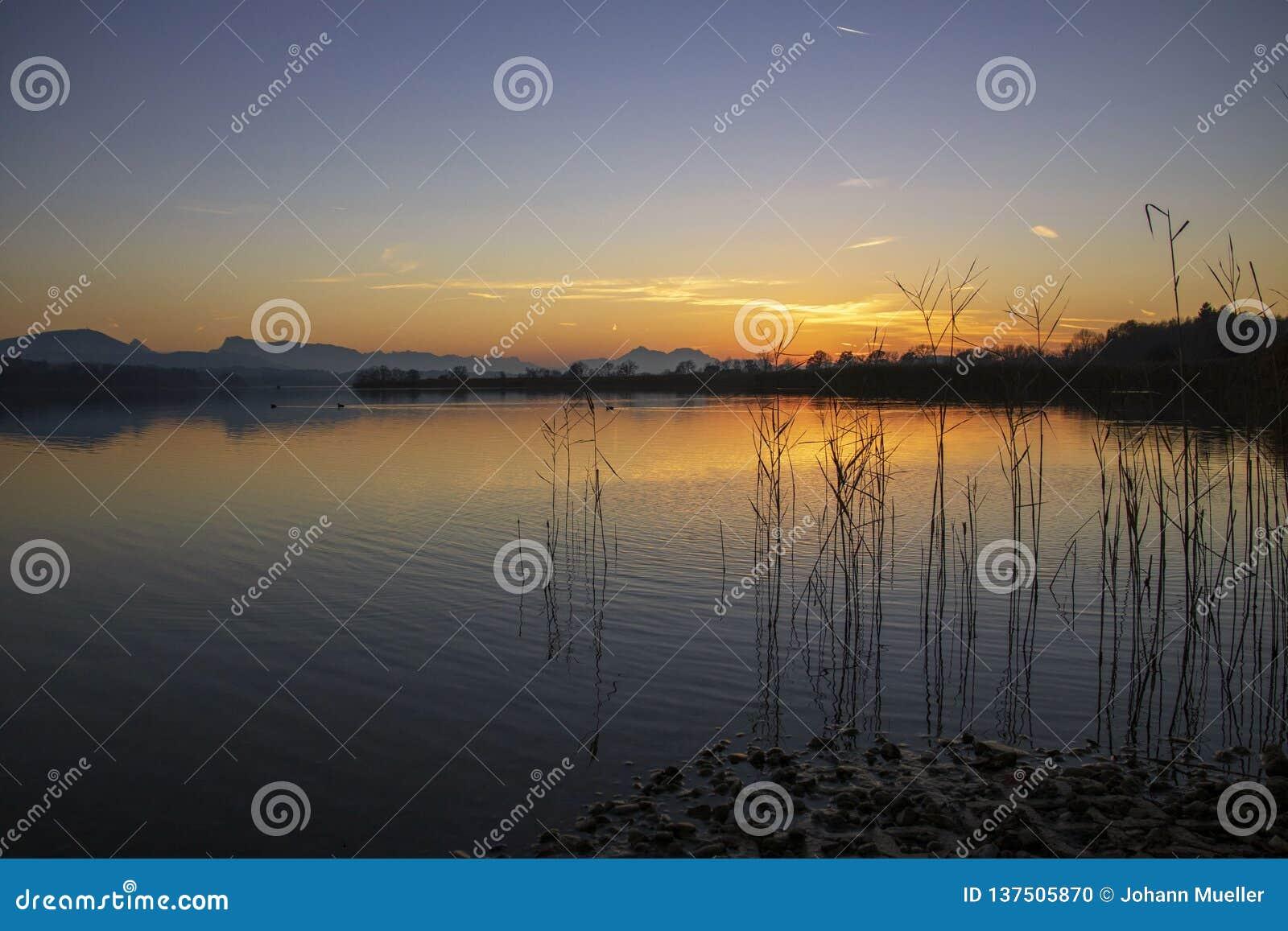 Sonnenuntergang auf dem See in Österreich