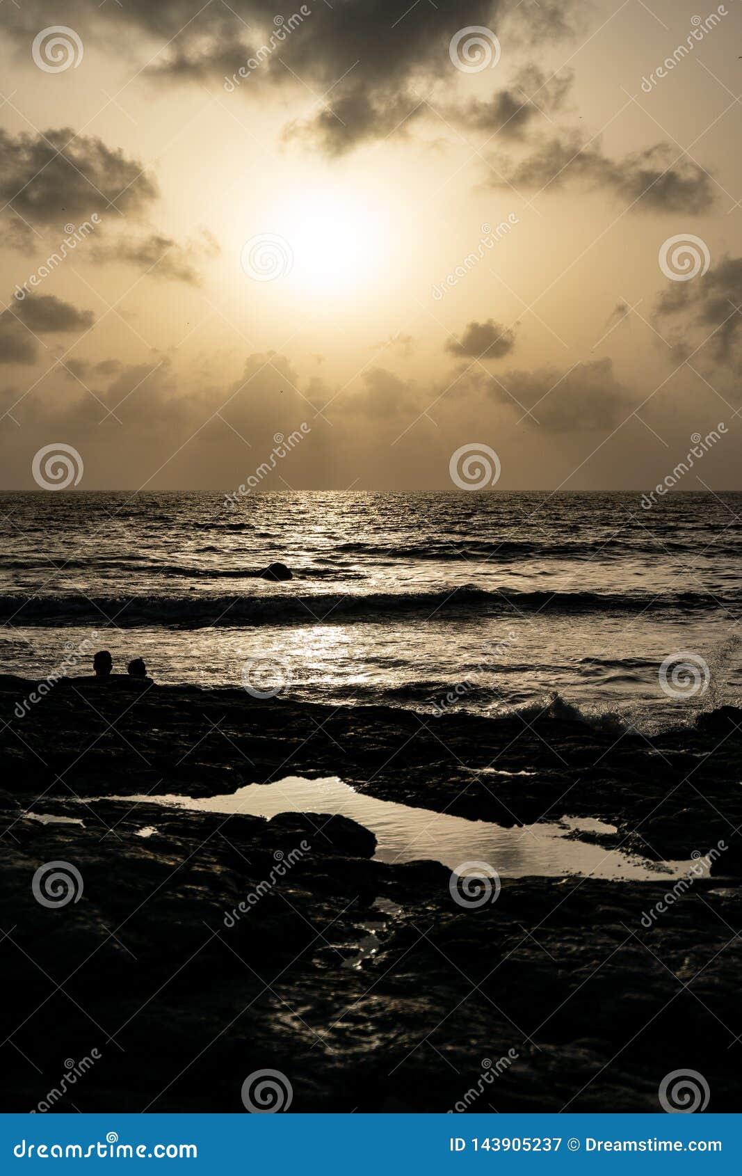 Sonnenuntergang auf einem felsigen Strand