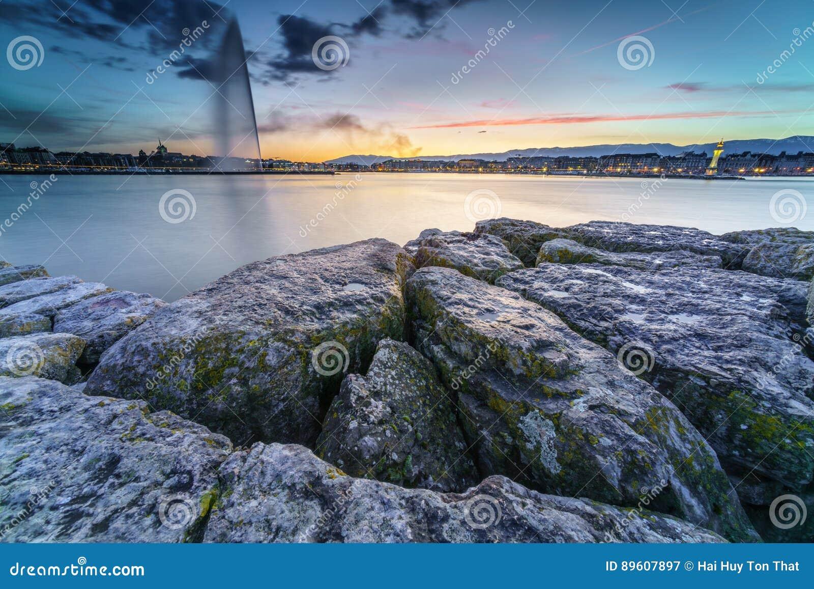 Schne Ansicht Des Sonnenuntergangs Auf Dem See Von Genf Und Stadtbild Stadt Als Schattenbild Der Schweiz Foto Angenommen Am 16 Mrz 2017