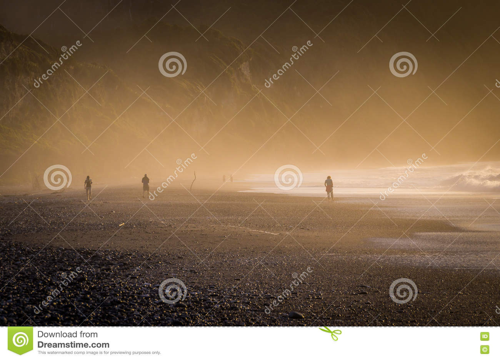 Sonnenuntergang bei nebelhaftem Pebble Beach in Neuseeland
