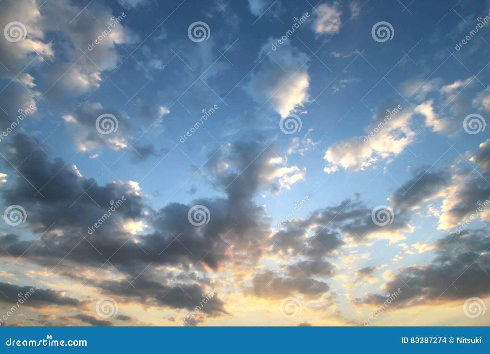 Sonnenuntergang blauer Himmel der Wolke