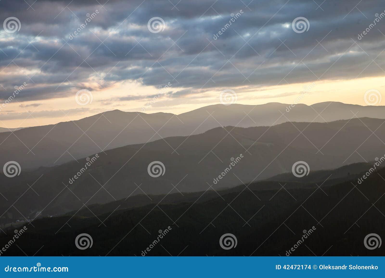 Sonnenuntergang in den Karpatenbergen