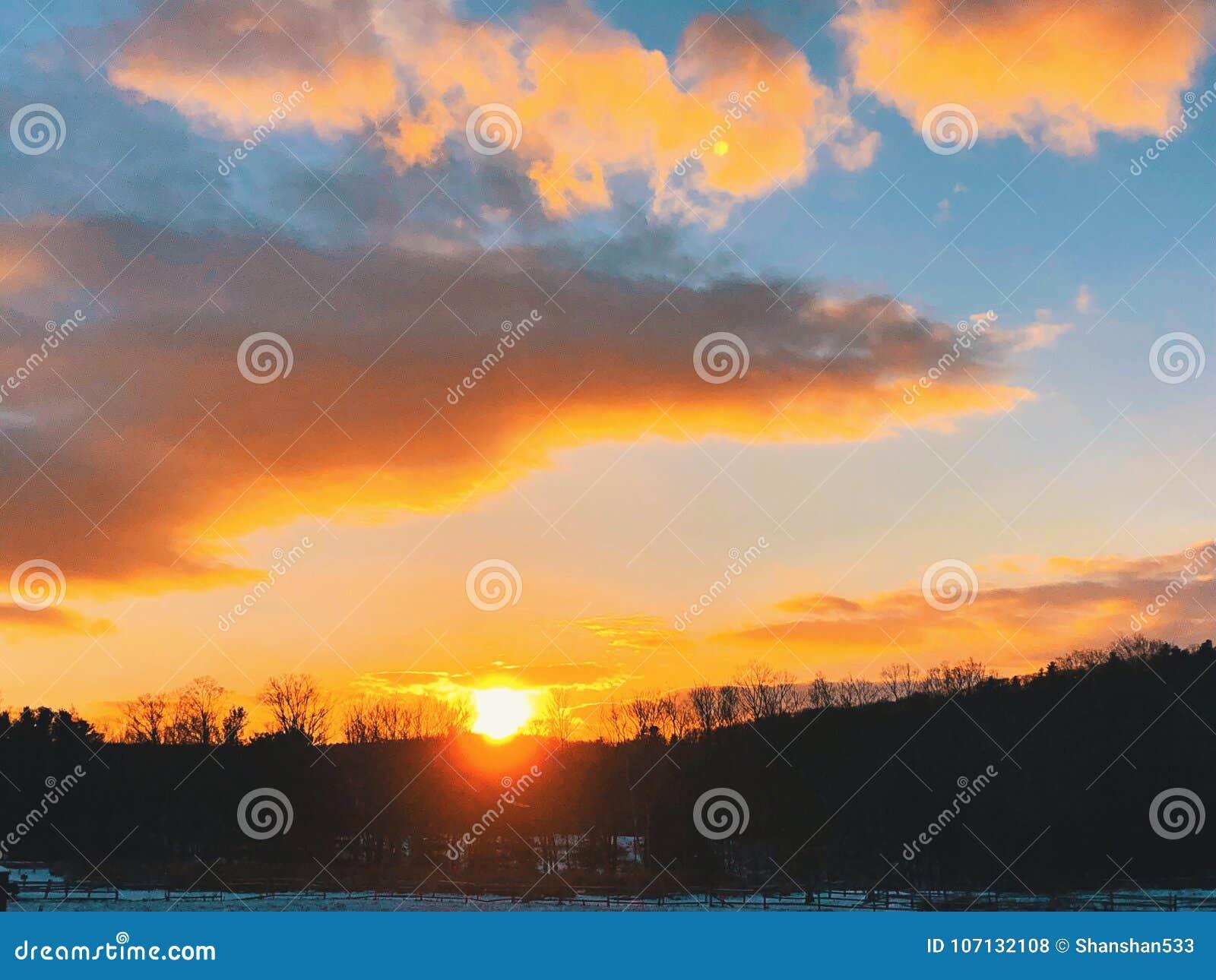 Sonnenuntergang, der auf den Horizont glüht