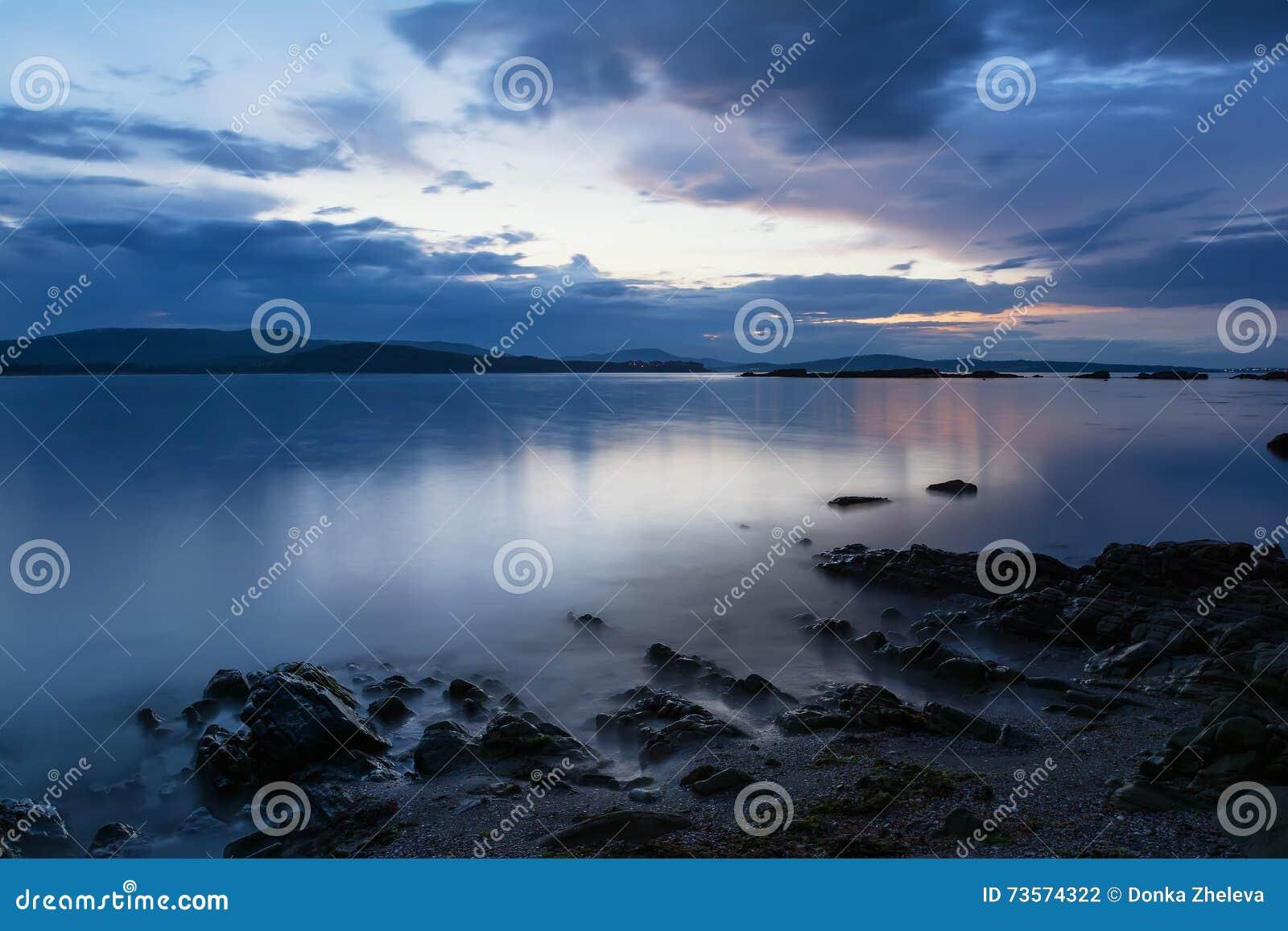 Sonnenuntergang in der blauen Stunde, Küste Schwarzen Meers, Bulgarien