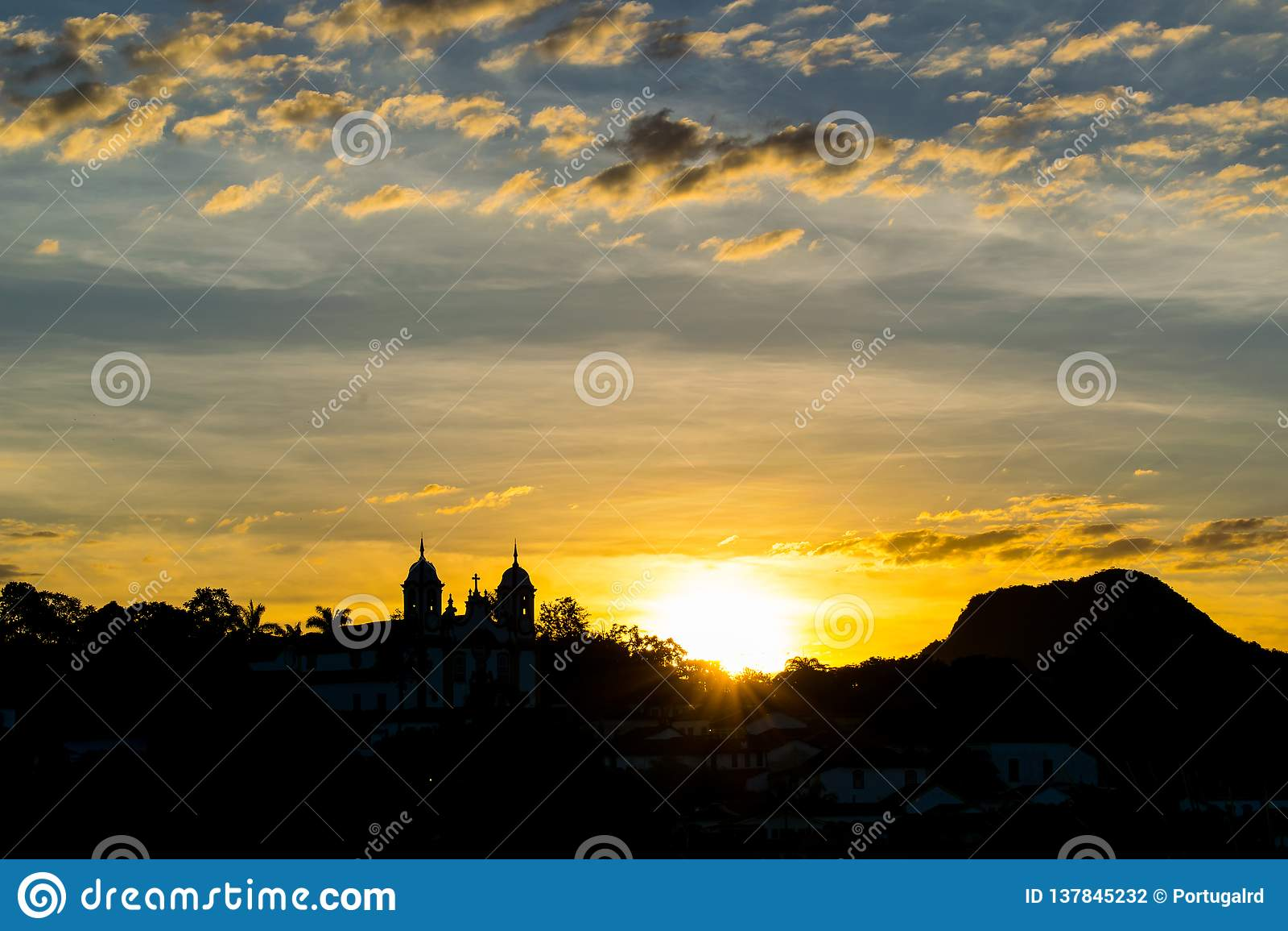 Sonnenuntergang, der die Kirche von Tiradentes übersieht
