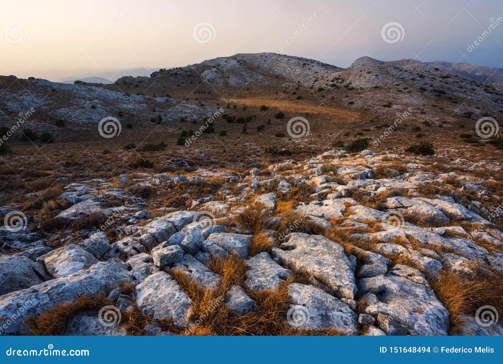 Sonnenuntergang, der die weißen Felsen in Monte Albo Sardinia Italy schlägt