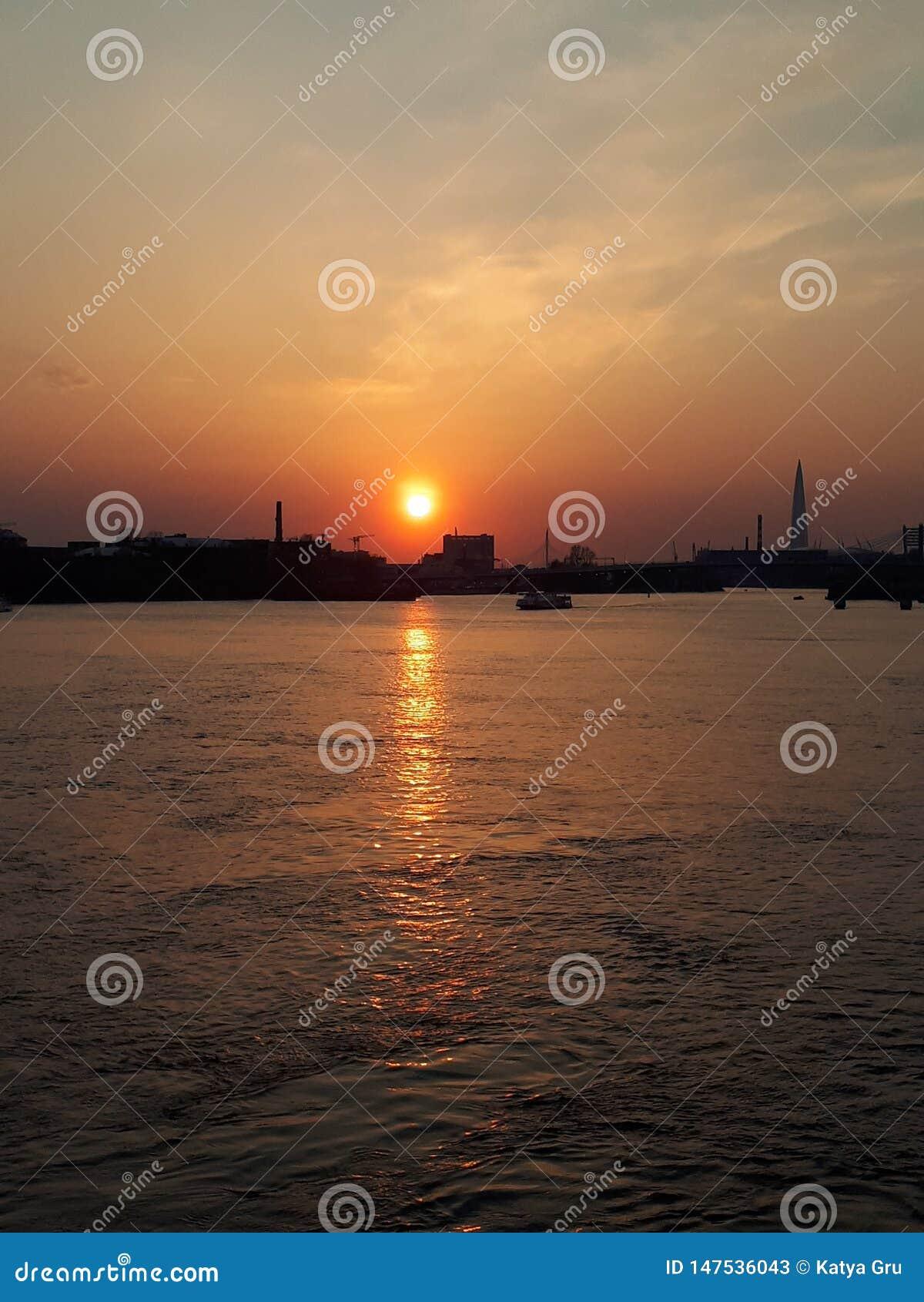 Sonnenuntergang in der Stadt, St Petersburg, Russland