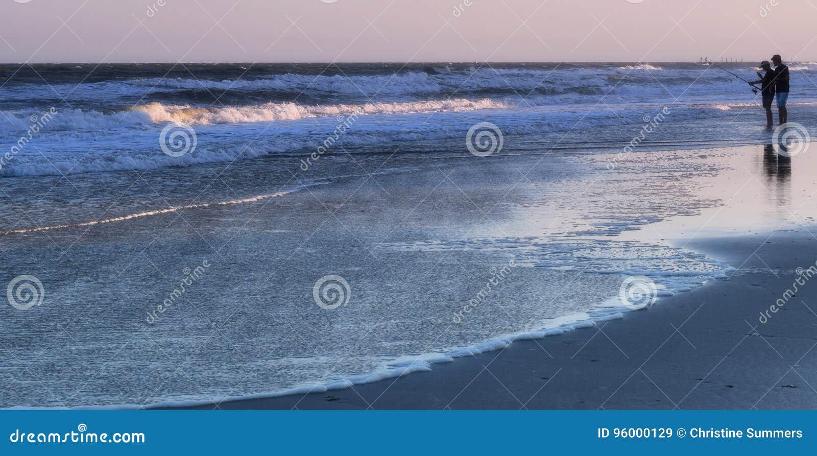 Sonnenuntergang-Fischen auf dem Ufer