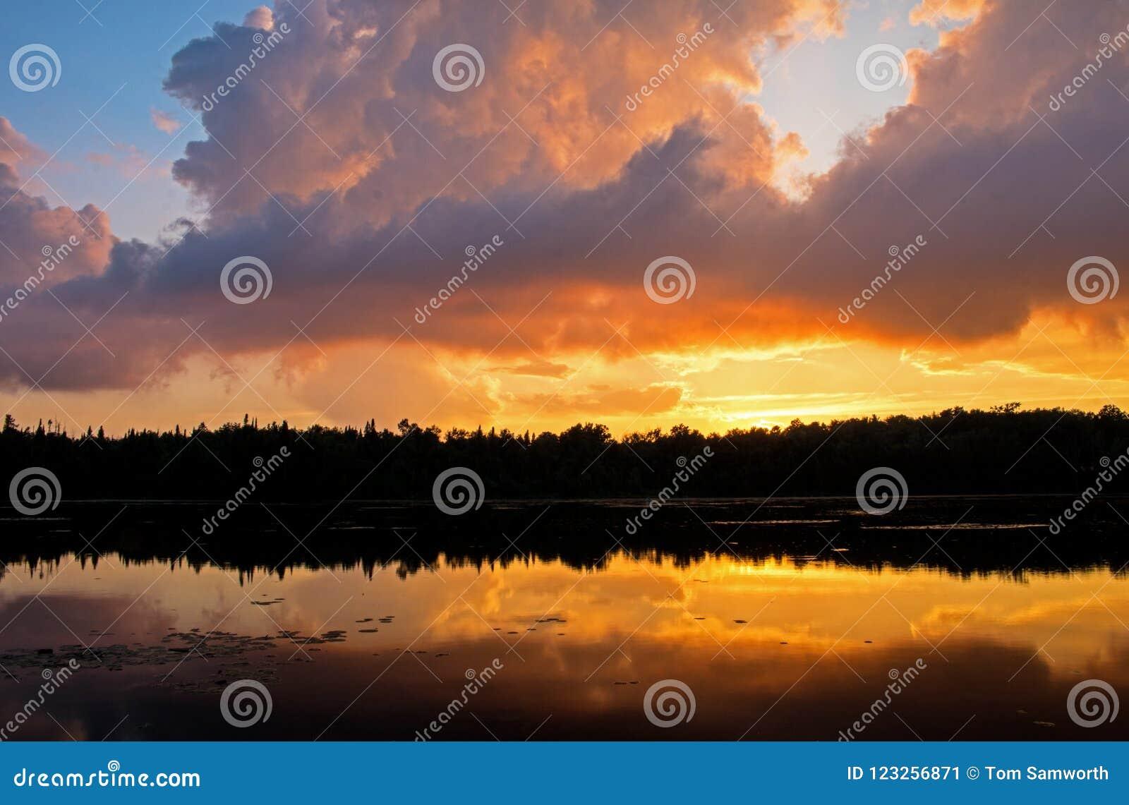 Sonnenuntergang gemischt mit Sturm-Wolken-Resten