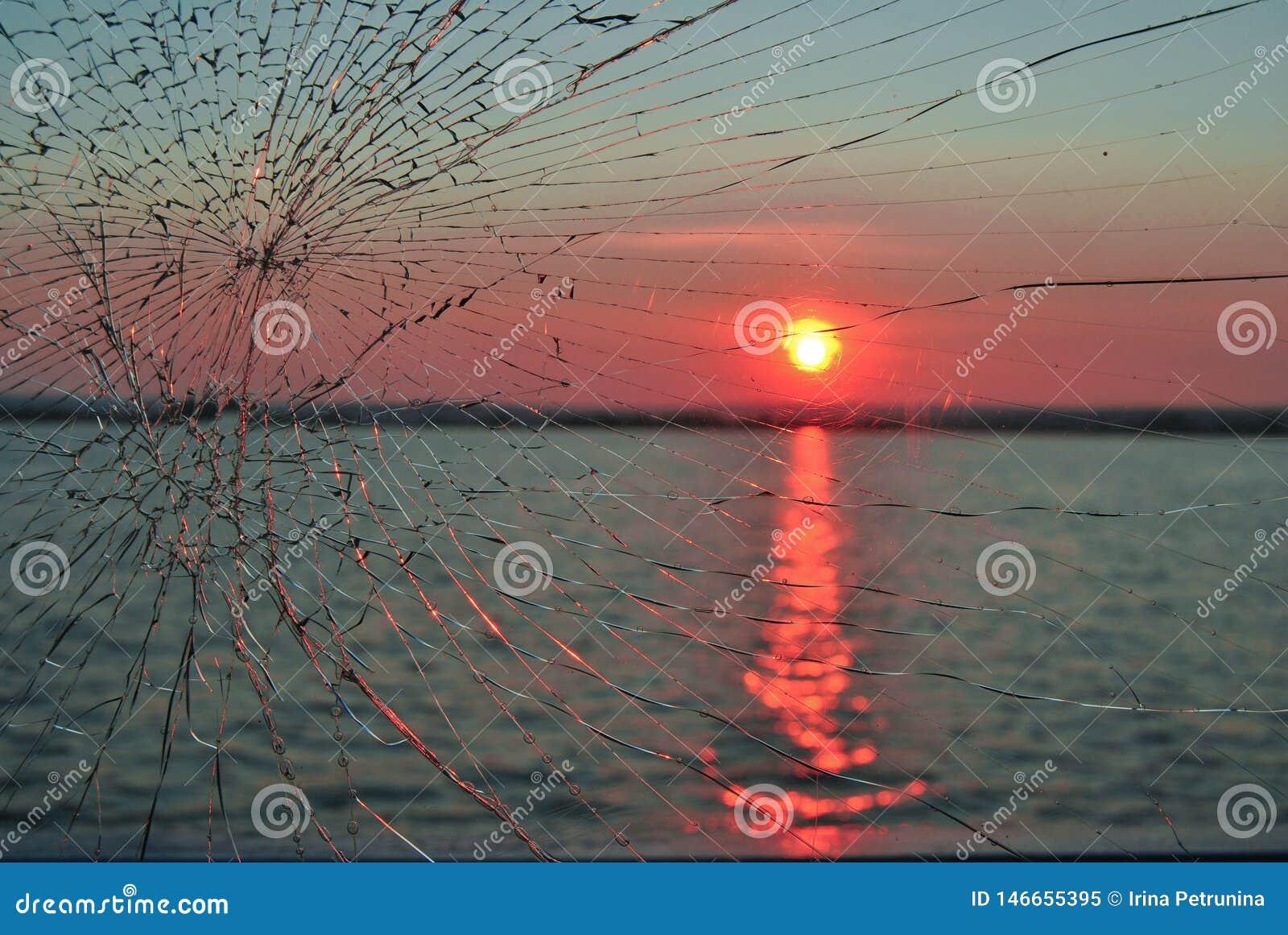 Sonnenuntergang im Fluss das defekte Glas werfen