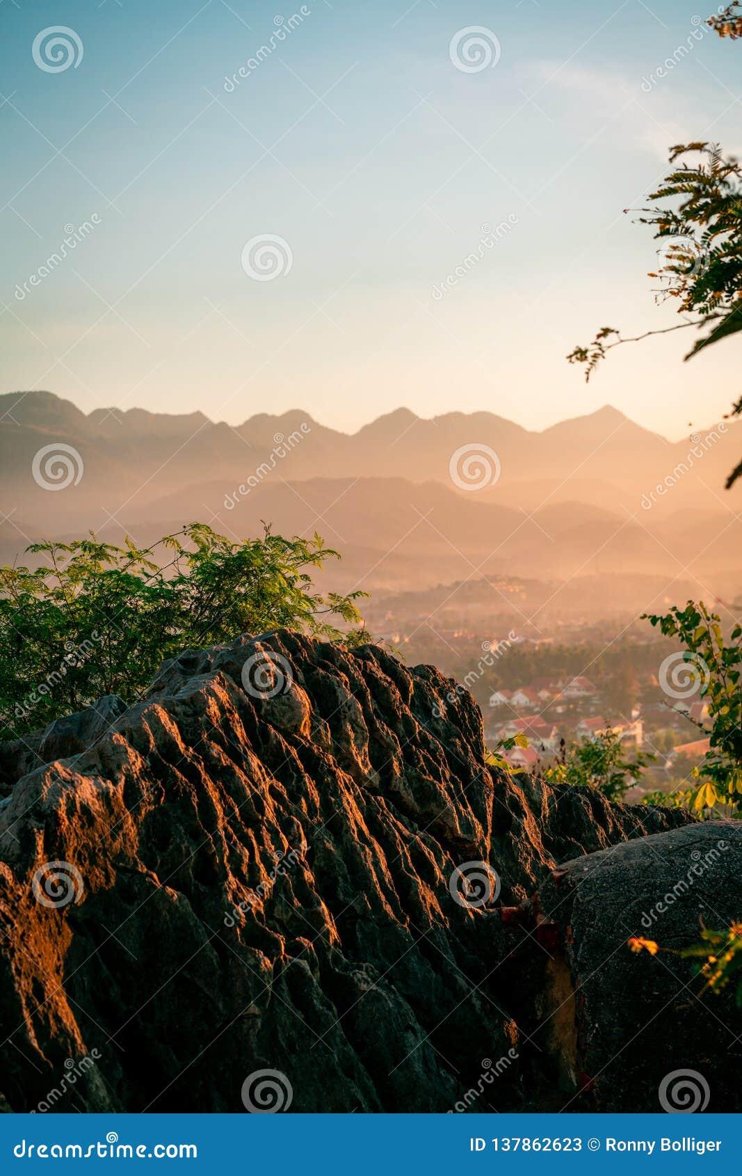 Sonnenuntergang in Lunag Prabang, Laos Schöne Wolken über der Stadt Berge im Hintergrund Erstaunlicher blauer Himmel Perfekte Zus