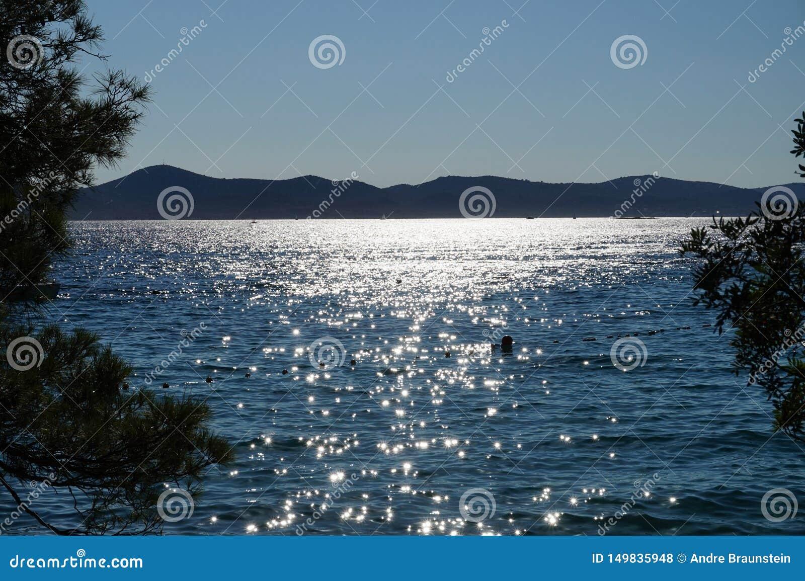 Sonnenuntergang mit Ansicht heraus zum Meer in Kroatien
