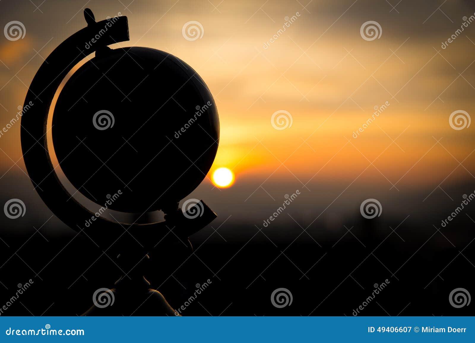 Download Sonnenuntergang Mit Einer Kugelkonzeptreise Stockbild - Bild von lebensstil, fliege: 49406607