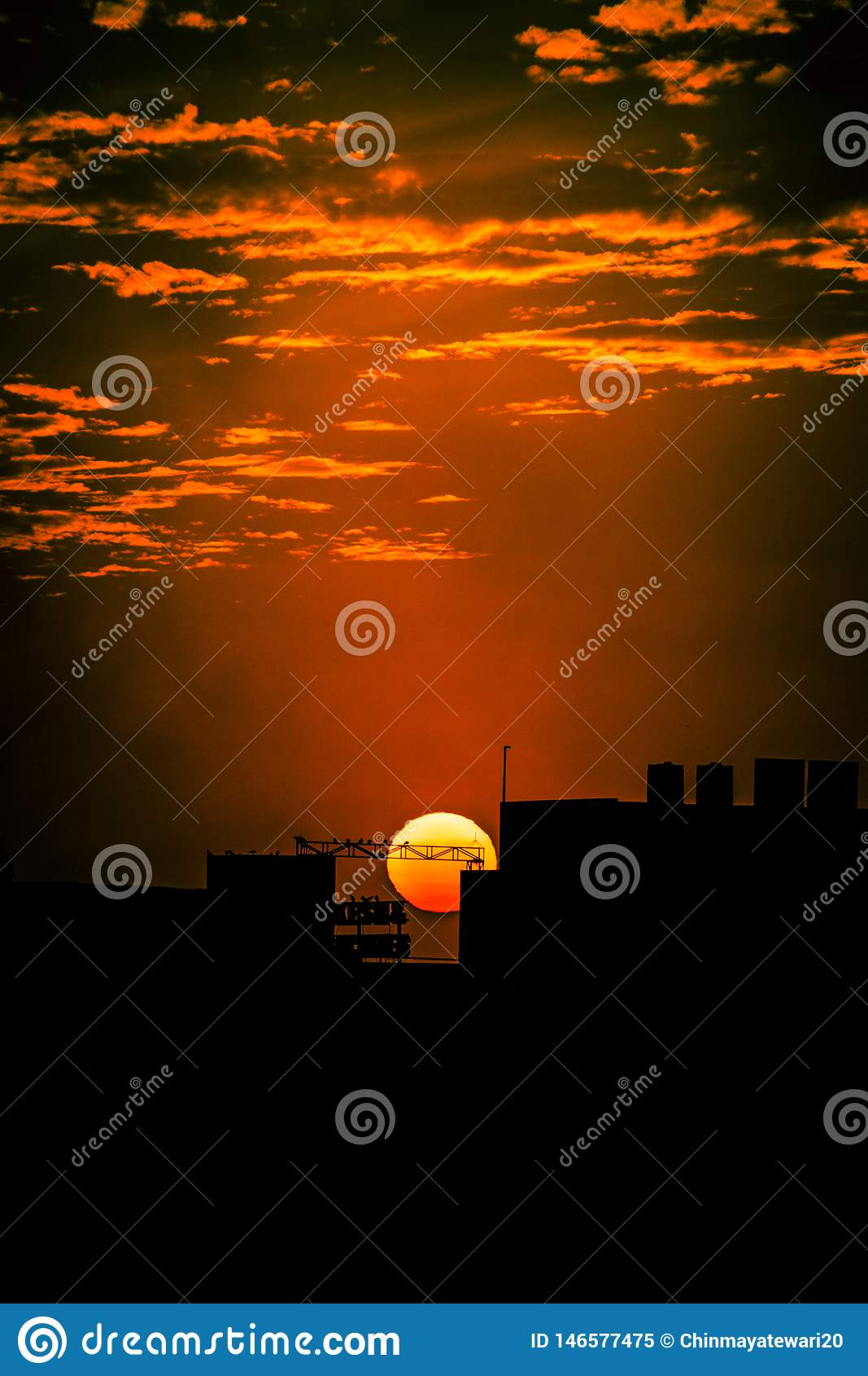 Sonnenuntergang mit hellem bewölktem Himmel
