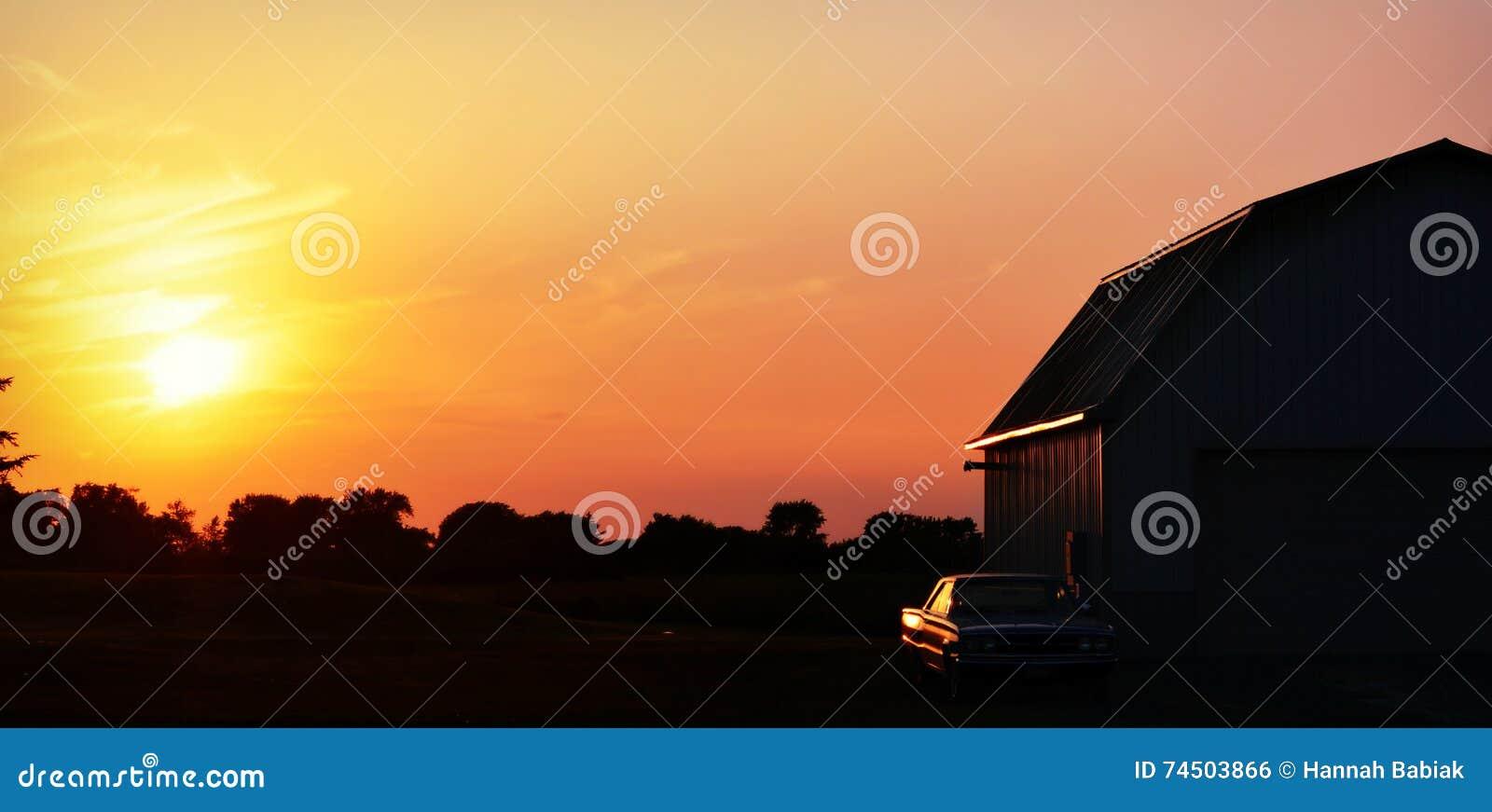 Sonnenuntergang-Scheune, Oldtimer