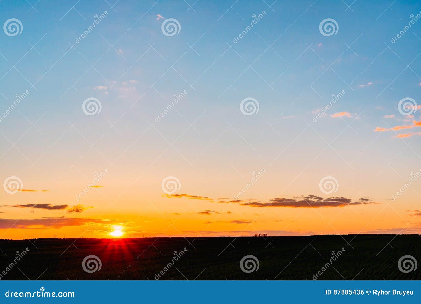 Künstlerisch Heller Boden Foto Von Pattern Sonnenuntergang-sonnenaufgang über Feld Oder Wiese Himmel