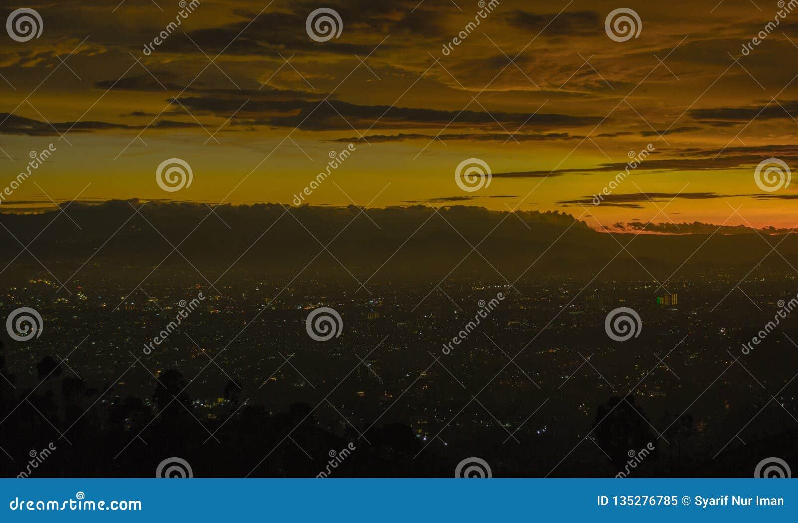 Sonnenuntergang Und Citylight In Bandung Stockbild - Bild ...