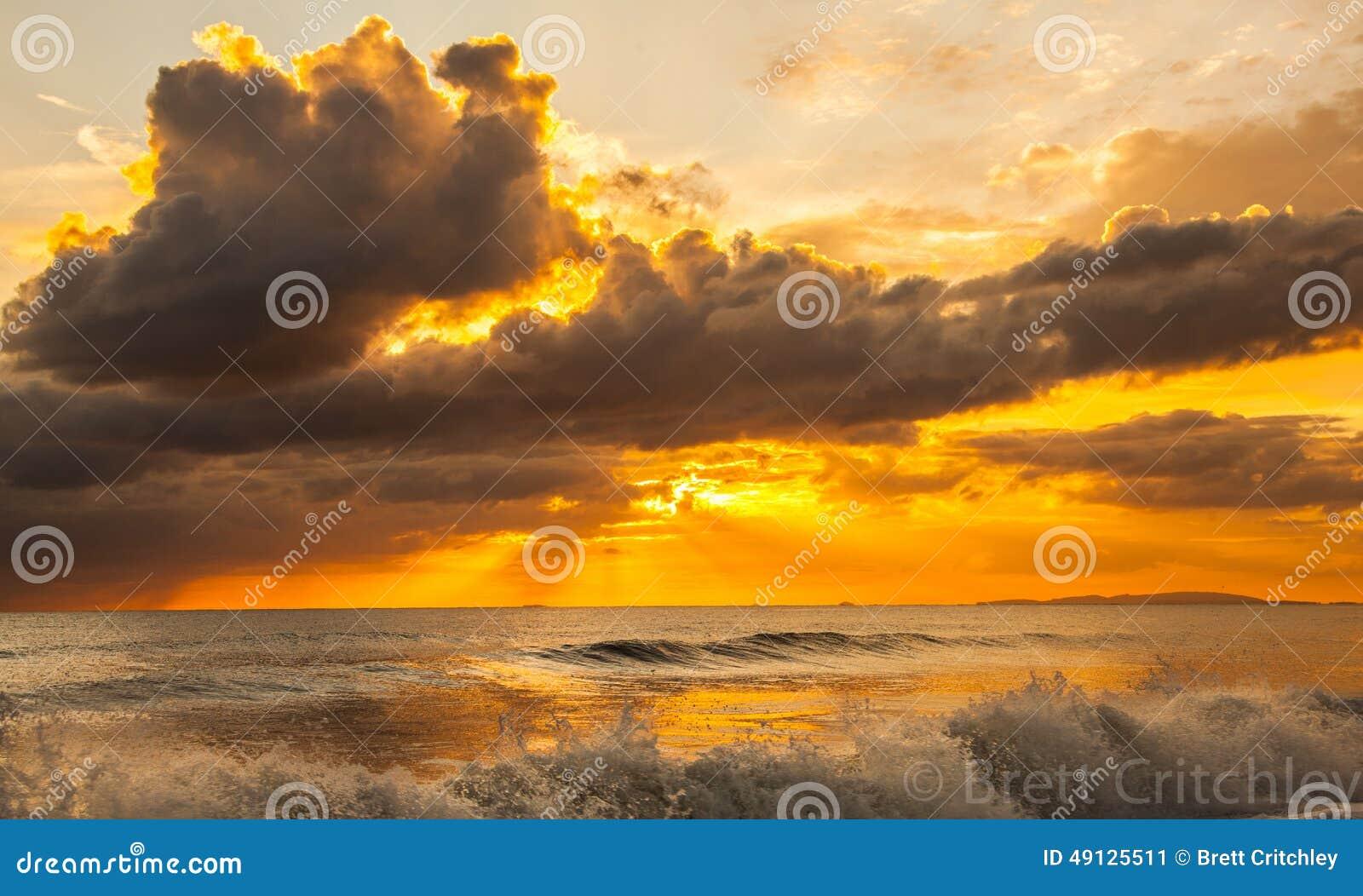 Sonnenuntergang und Ozeanbrandung
