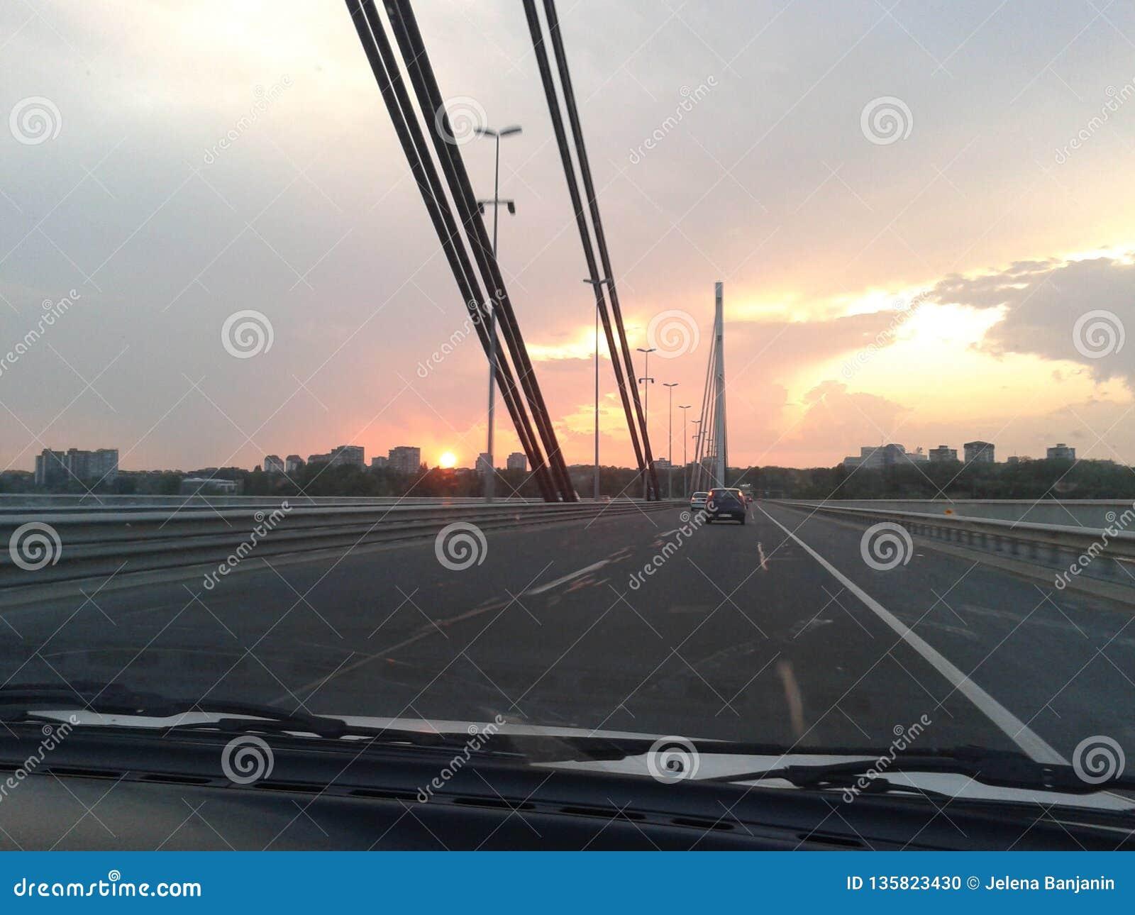 Sonnenuntergang von der Brücke, die Ansicht vom Auto