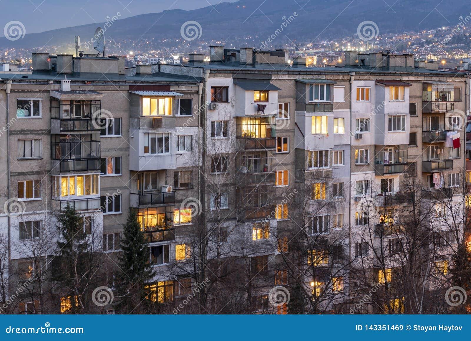 Sonnenuntergangansicht des typischen Wohngebäudes vom kommunistischen Zeitraum in der Stadt von Sofia, Bulgarien