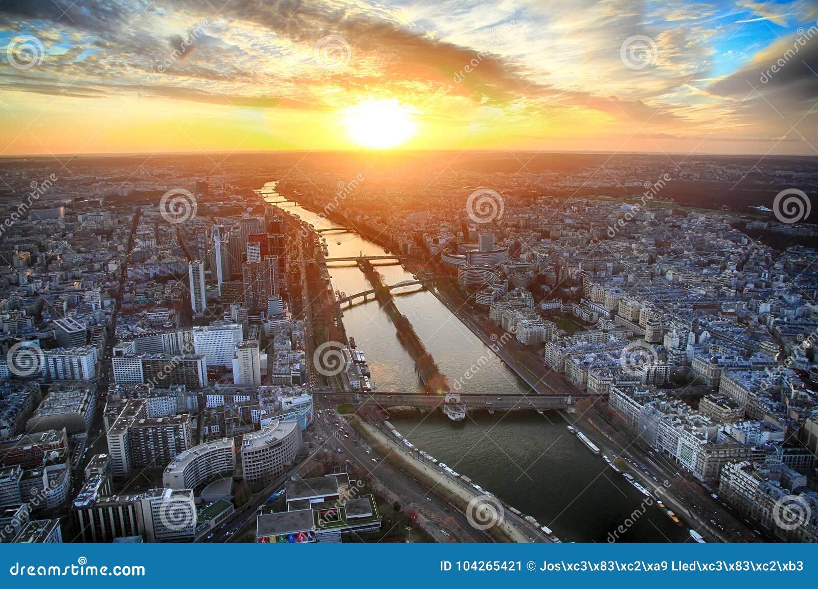 Sonnenuntergangansicht vom dritten Stock des Eiffelturms
